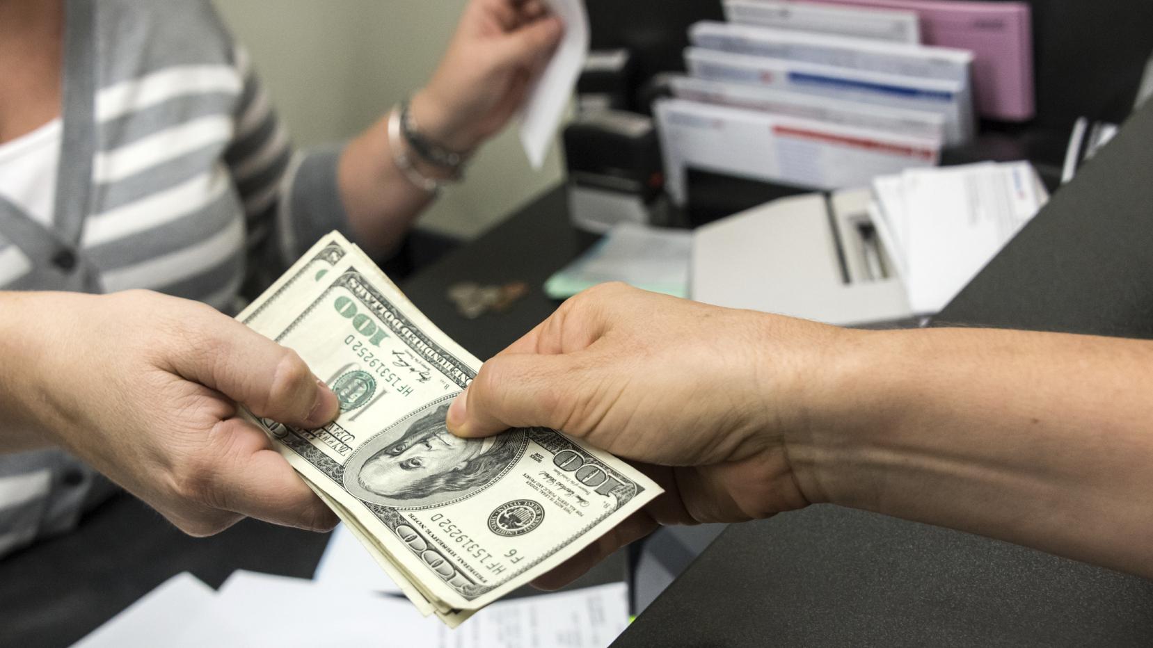 التقدم بطلب للحصول على قرض شخصي وتجاري